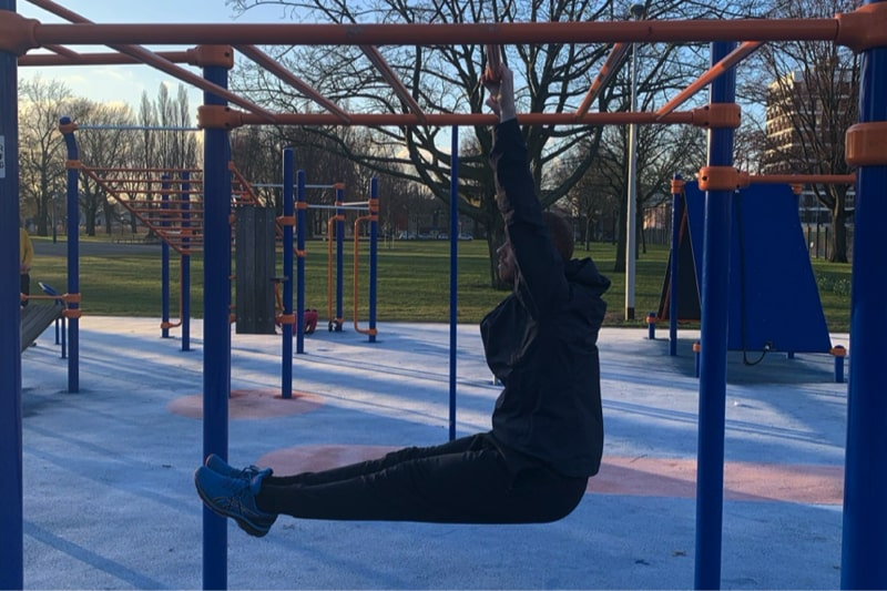 Hanging Leg raises - CalisthenicsWorld.nl